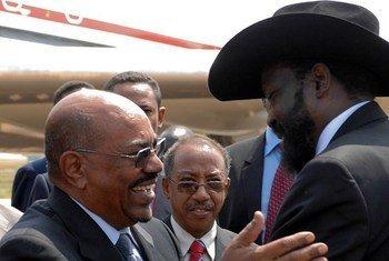 Le Président du Soudan Omar Al-Bachir et le Président du Soudan du Sud Salva Kiir en juillet 2011. Photo ONU/Isaac Billy