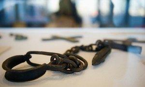 أصفاد كانت تُستخدم في تقييد أيدي الرقيق الذين يتم الاتجار بهم عبر الطلسي، خلال معرض في المقر الدائم في نيويورك. (صورة من الأرشيف).