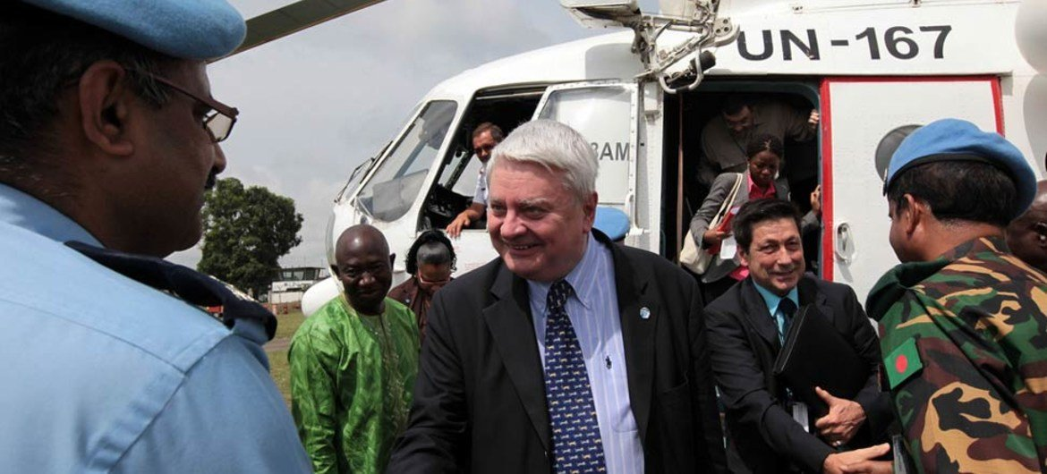 Under-Secretary-General for Peacekeeping Operations Hervé Ladsous (centre), arrives in Gbarnga, Liberia.