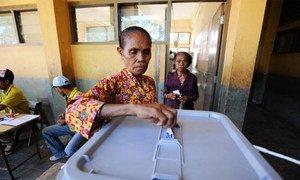 Une électrice dépose son bulletin dans l'urne au second tour de l'élection présidentielle au Timor Leste. Photo ONU/B. Soares