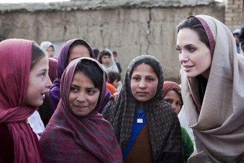 Angelina Jolie rencontre des écolières dans un village d'Afghanistan. Photo UNHCR/J. Tanner