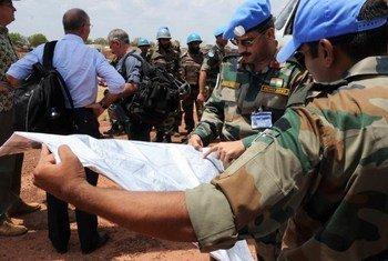 Des Casques bleus de la MINUSS à Mayom, dans l'Etat de l'Unity, pour évacuer des civils blessés. Photo ONU/Isaac Billy