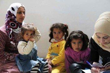 Une famille syrienne fait une demande l'asile auprès du HCR au nord du Liban.