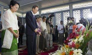 Ban Ki-moon et son épouse Yoo Soon-taek, rendent hommage à la mémoire de l'ancien Secrétaire général de l'ONU, U Thant, à son mémorial à Yangon, au Myanmar. Photo ONU/M. Garten