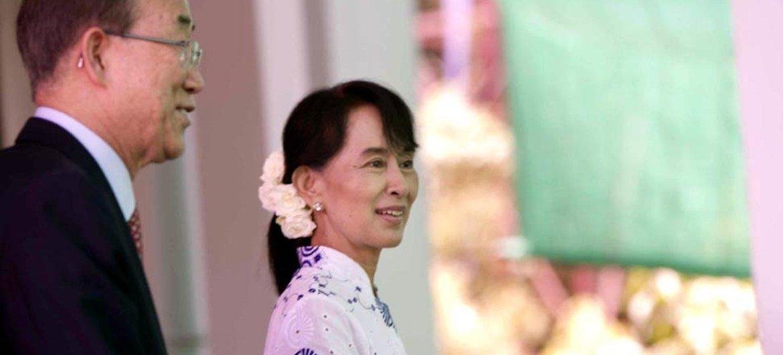Le Secrétaire général Ban Ki-moon (à gauche) et Daw Aung San Suu Kyi lors d'une conférence de presse devant son domicile à Yangon, au Myanmar. Photo ONU/Mark Garten