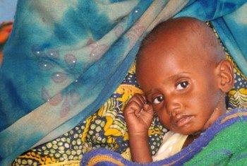 Une mère avec son enfant sévèrement malnutri au Tchad dans la région du Sahel.