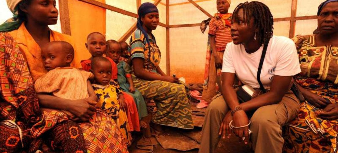 A UNHCR staff member talks to displaced Congolese women in Lushebere Camp.