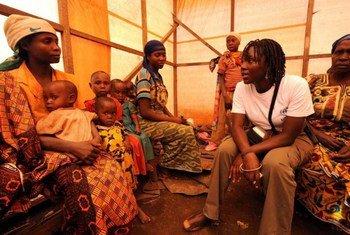 Un membre du personnel du HCR avec des femmes congolaises déplacées au camp de Lushebere.