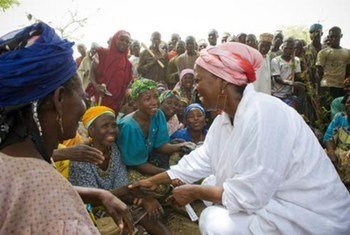 La Directrice exécutive du PAM Ertharin Cousin (à droite) rencontre des femmes à Niamey au Niger.