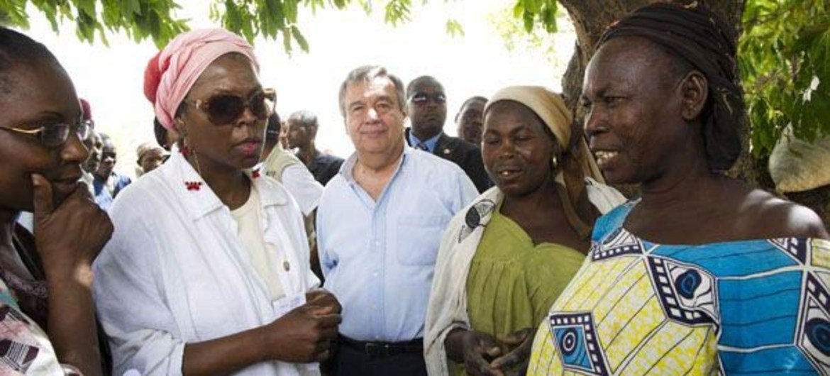 WFP Executive Director Ertharin Cousin (second left) and High Commissioner for Refugees António Guterres (centre) in drought-hit Niger.