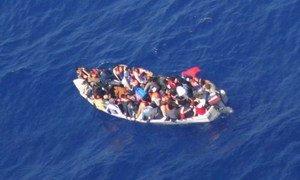 Une photo aérienne d'un bateau surchargé au large de Malte.