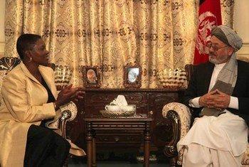 La Secrétaire générale adjointe de l'ONU aux affaires humanitaires, Valerie Amos, (à gauche) avec le Vice-président afghan Karim Khalili