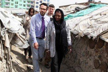 La Secrétaire générale adjointe de l'ONU aux affaires humanitaires, Valerie Amos, visite un camp de déplacés à Kaboul. Photo ONU/Fardin Waezi