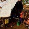 Une femme et son fils qui ont fui les attaques de la LRA.