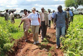 L'Administratrice du PNUD, Helen Clark, lors d'une visite au Kenya. Photo PNUD/Christina LoNigro