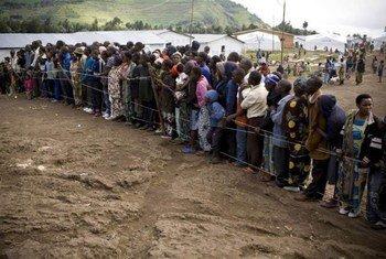 Des réfugiés congolais se réunissent pour une réunion au centre de transit de Nkamira, au Rwanda, avec le personnel du HCR.