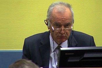 L'ex-chef militaire des Serbes de Bosnie, Ratko Mladic, devant le TPIY. Photo ONU Multimedia