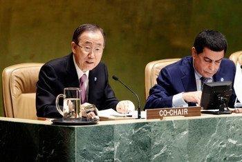 Le Secrétaire général Ban Ki-moon (à gauche) et le Président de l'Assemblée générale Nassir Abdulaziz Al-Nasser. Photo ONU/Paulo Filgueiras
