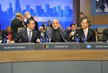Le Secrétaire général de l'ONU Ban Ki-moon (à droite) avec le Secrétaire général de l'OTAN Anders Fogh Rasmussen et le Président afghan Hamid Karzai au Sommet de l'OTAN à Chicago.