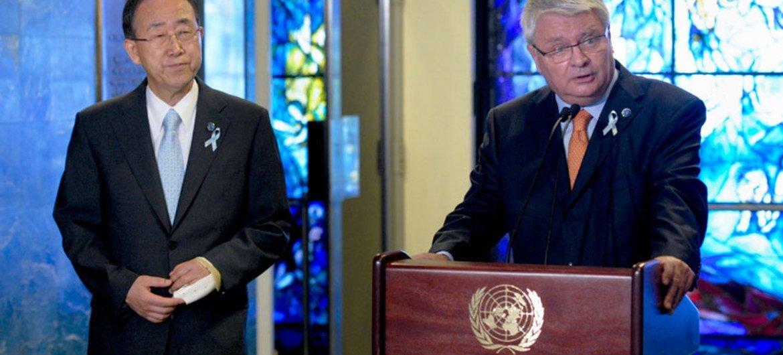 Le Secrétaire général adjoint aux opérations de maintien de la paix, Hervé Ladsous (à droite) avec le Secrétaire général Ban Ki-moon. Photo ONU/E. Debebe