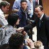 Le Secrétaire général Ban Ki-moon salue les journalistes alors qu'il s'apprête à donner une conférence de presse sur la Conférence des Nations sur le développement durable, Rio+20.
