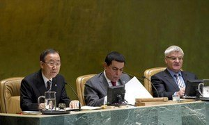 Secretary-General Ban Ki-moon (left) briefs the General Assembly on the situation in Syria.