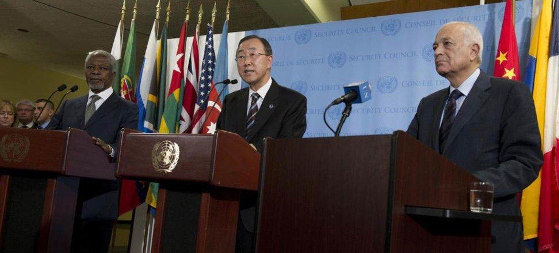 Secretary-General Ban Ki-moon (C) flanked by Joint Special Envoy, Kofi Annan (L), and Secretary-General of the Arab League, Nabil Elaraby, speaks to press.