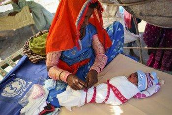 Una madre atiende a su recien nacido en un campamento de refugiados en Pakistán  Foto: UNICEF