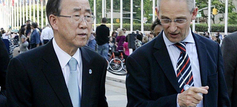 Secretary-General Ban Ki-moon (left) is informed by his spokesperson, Martin Nesirky, of the killing of seven peacekeepers in Côte d'Ivoire.
