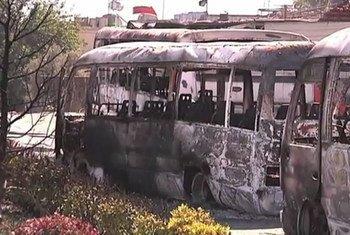 Les restes de bus brûlés, à l'extérieur d'une centrale électrique, dans la banlieue de Damas, en juin 2012.