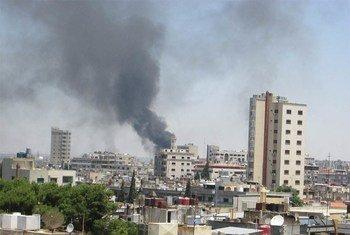 Des bâtiments touchés par les obus lors d'un bombardement de la ville de Homs en Syrie. Photo ONU/David Manyua