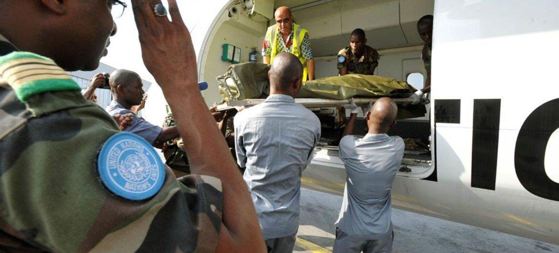Rapatriement des corps des sept Casques bleus du Niger tués en Côte d'Ivoire le 8 juin 2012. Photo ONU/Patricia Esteve