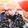 El 14 de junio es el En el Día Mundial del Donante de Sangre. Una joven pareja dona su sangre durante el festival Primavera Rosa en la capital de Vietnam, Hanoi.