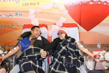 Un couple donne du sang à Hanoï au Vietnam.