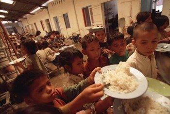 Watoto wa Cambodia wakipata mlo. Watoto kukosa lishe bora husababisha unyafuzi