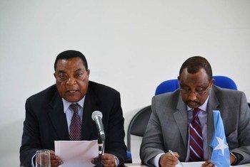 Head of the UN Political Office for Somalia (UNPOS) Augustine Mahiga and Prime Minister Abdiweli Mohamed Ali.