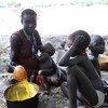 Une femme et son enfant aux environs de Fertait, un village de l'état sud-soudanais de Jonglei. ONU Photo.