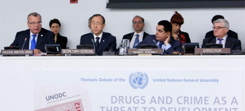 Le Directeur exécutif de l'ONUDC, Yuri Fedotov, aux côtés du Secrétaire général de l'ONU, Ban Ki-moon, et du Président de l'Assemblée générale, Nassir Abdulaziz Al-Nasser, lors d'un débat thématique de l'Assemblée sur l'impact des trafics de drogue et du crime sur le développement.