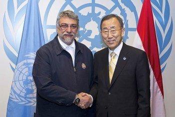Le Secrétaire général de l'ONU, Ban Ki-moon (à droite) avec le Président du Paraguay Fernando Lugo Mendez. Photo ONU/Eskinder Debebe