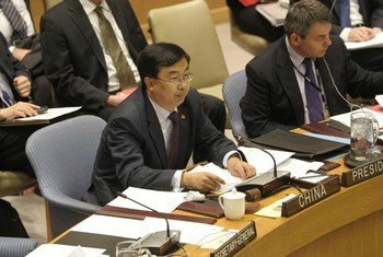 Amb. Li Baodong of China (left), presides over Security Council meeting.