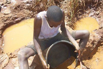 Extracción de oro de aluvión. Foto de archivo: IRIN/Kenneth Odiwuo