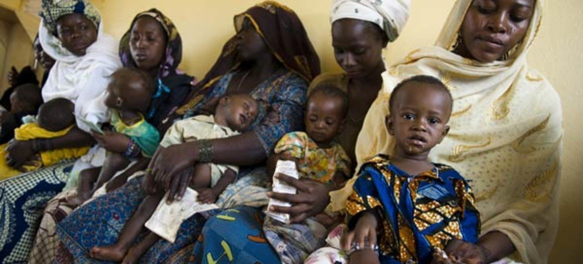 Mothers and their babies wait at a maternal health care centre in Niamey, Niger, where WFP provides supplementary feeding.