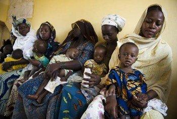 امهات وأطفالهن في مركز الرعاية الصحية للأمهات في نيامي، النيجر.   المصدر: برنامج الأغذية العالمي / رين سكلرود