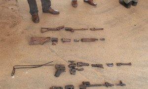 Des démineurs de l'ONU coupent des armes en morceaux en Côte d'Ivoire. Photo ONUCI