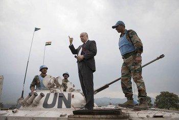 Le Représentant spécial du Secrétaire général pour la RDC, Roger Meece, sur le slignes de défense de la MONUSCO à Kibati et Kibumba, près de Goma, le 13 juillet 2012. Photo MONUSCO/Sylvain Liechti