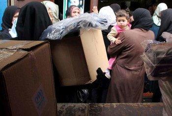 Des réfugiés syriens attendent de recevoir des articles de secours du Haut Commissairat des Nations Unies pour les réfugiés (HCR), à Tripoli, dans le nord du Liban. UNHCR/F.Juez