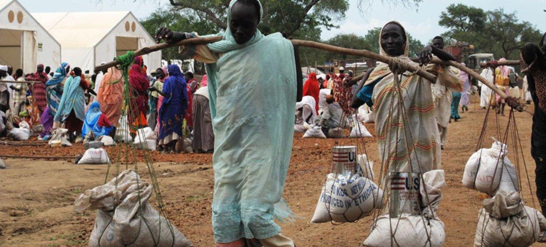 Le camp de réfugiés de Yusuf Batil, en juillet 2012. Des femmes viennent de recevoir une aide alimentaire du PAM.