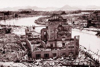 Le Mémorial de la Paix d'Hiroshima, ou Dôme de Genbaku, fut le seul bâtiment à rester debout près du lieu où explosa la première bombe atomique, le 6 août 1945. ONU Photo