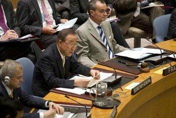 Secretary-General Ban Ki-moon (centre) addresses Security Council meeting on Mali.