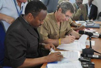 Deputy Prime Minister of Somalia Hussein Arab Isse (left) and UN Deputy Special Representative Peter de Clercq sign Action Plan to end killing and maiming of children.